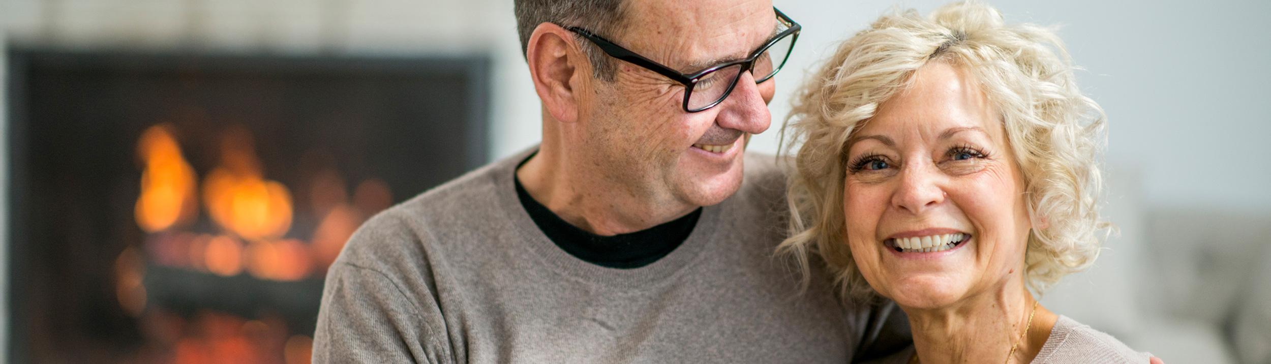 Älteres Paar lächelt dank Ihrer neuen Heizung