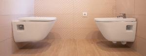Toilette und Bidet nach Badsanierung